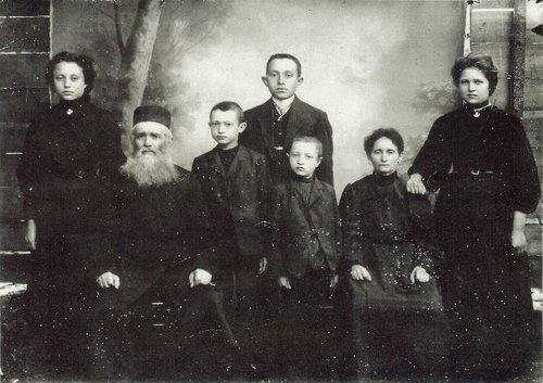 Zelik's Maternal Grandparents with some of their children.JPG