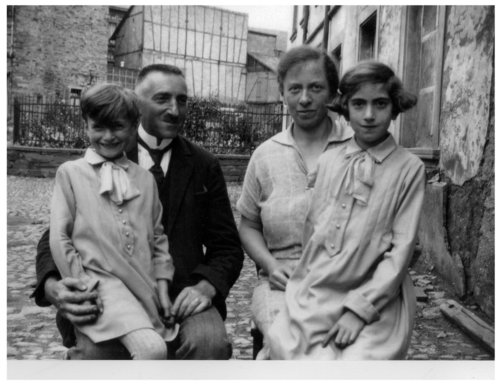 1.Hilde Gottlieb with parents and younger sister.jpg